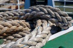 Vridet rep för skepp` som s ligger på däcket arkivbild