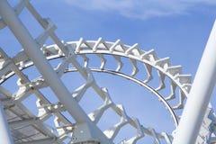 Vridet Rollercoasterspår arkivbilder