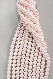 Vridna trådar av rosa pärlor Fotografering för Bildbyråer