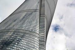 Vridning av fasaden av det Shanghai tornet Royaltyfria Foton