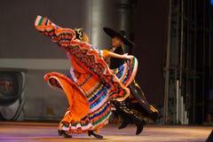 Vridning dansJalisco för mexicansk hatt av orange par Fotografering för Bildbyråer