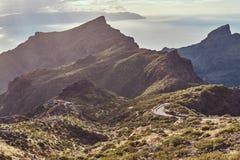 Vridning och slingriga vägar som upp går bergen Filippinska öar Royaltyfria Bilder
