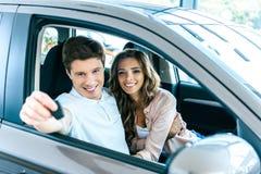 Vriend die autosleutel tonen terwijl het zitten in a royalty-vrije stock afbeelding