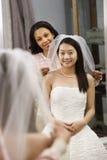 Vriend die bruid helpt. Stock Afbeeldingen