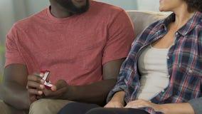 Vriend die voorstel doen aan meisje die verlovingsring, huwelijksaanbieding tonen stock footage