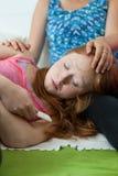 Vriend die zwangere tiener troosten Royalty-vrije Stock Fotografie