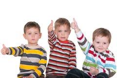Vriend drie met omhoog duimen Stock Foto's