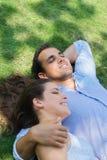 Vriend en meisje in liefde het koesteren stock fotografie