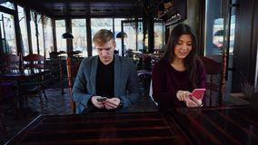 Vriend met smartwatch op hand en meisje die smartphones testen stock videobeelden