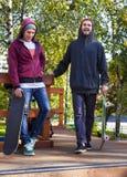 Vriend twee in skatepark stock afbeeldingen