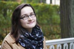 Vriendelijk vrouwenportret in park op witte bank Stock Foto