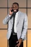 Vriendelijke afromanager in bureau Stock Afbeelding