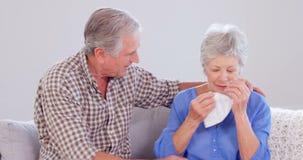 Vriendelijke bejaarde echtgenoot die zijn vrouw troosten stock videobeelden