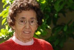 Vriendelijke Grootmoeder in Tuin Stock Fotografie