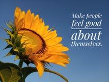Vriendelijkheids inspirational citaat om mensen goed te maken voelen over zich met zonnebloemen het bloeien stock afbeelding
