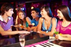 Vrienden in bar royalty-vrije stock foto