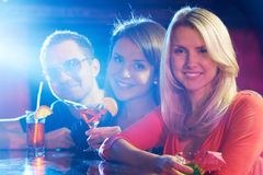 Vrienden in bar stock afbeelding