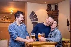Vrienden in bar royalty-vrije stock foto's