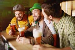 Vrienden in Bar op StPatrics-Dag royalty-vrije stock afbeelding
