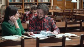 Vrienden in Bibliotheek worden gelezen die stock footage