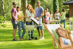 Vrienden bij BBQ de zomerpartij royalty-vrije stock afbeelding
