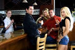 Vrienden bij de bar Royalty-vrije Stock Foto's