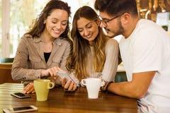 Vrienden bij de Koffie stock afbeeldingen