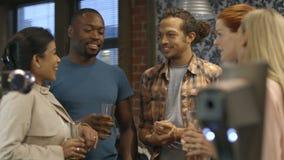 Vrienden bij een bar stock video