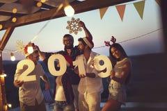 Vrienden bij een Oudejaarsavondpartij door de pool royalty-vrije stock foto's