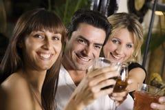 Vrienden bij een restaurant Royalty-vrije Stock Foto