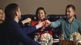 Vrienden bij een restaurant het drinken wijn stock videobeelden