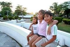 Vrienden bij het park stock fotografie