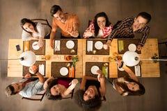 Vrienden bij het restaurant stock foto