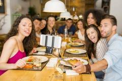 Vrienden bij het restaurant die een selfie maken Stock Afbeeldingen