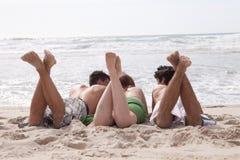 Vrienden bij het strand Stock Fotografie