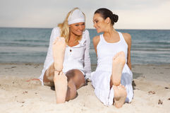 Vrienden bij het strand Stock Afbeeldingen