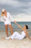 Vrienden bij het strand Royalty-vrije Stock Afbeeldingen