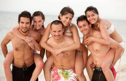 Vrienden bij het strand Stock Afbeelding
