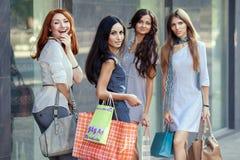 Vrienden bij het winkelen Stock Foto's