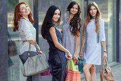 Vrienden bij het winkelen Stock Foto