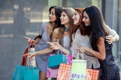 Vrienden bij het winkelen Stock Afbeelding