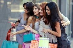 Vrienden bij het winkelen Stock Fotografie
