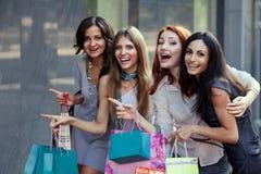 Vrienden bij het winkelen Stock Afbeeldingen