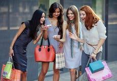 Vrienden bij het winkelen Royalty-vrije Stock Fotografie