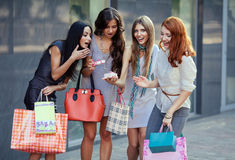 Vrienden bij het winkelen Royalty-vrije Stock Foto's
