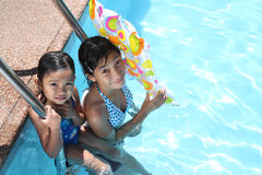 Vrienden bij het zwembad stock afbeelding