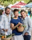 Vrienden bij Landbouwersmarkt Stock Foto