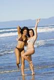 Vrienden bij strand royalty-vrije stock afbeelding