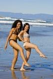 Vrienden bij strand royalty-vrije stock afbeeldingen