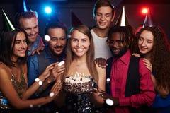 Vrienden bij verjaardagspartij royalty-vrije stock fotografie